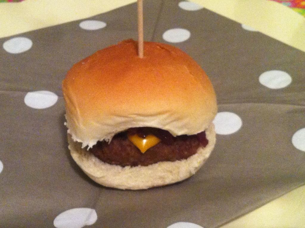 Minicheeseburger con confettura di cipolle rosse